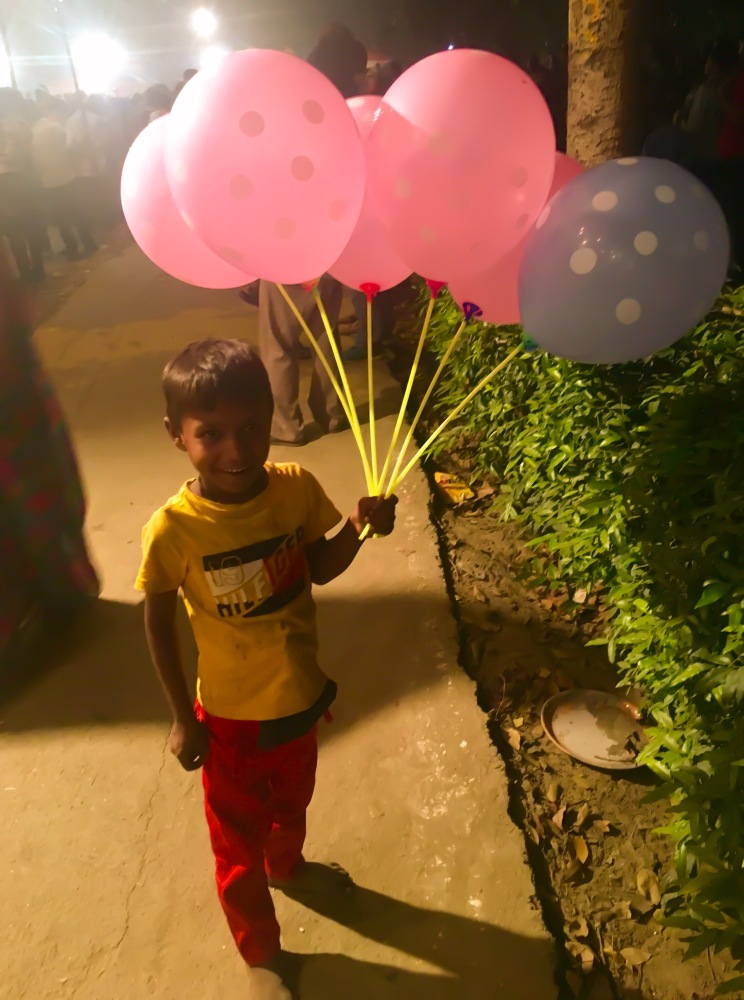 A kid selling balloons